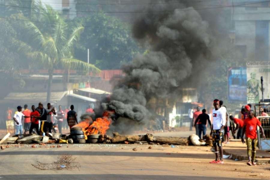 Manifestants-brûlent-des-pneus-à-Conakry-le-14-octobre-2019 (crédit photo Google)